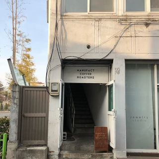 隠れ家のようなカフェでおいしいコーヒーを「MANUFACT COFFEE(メニュペットゥコピ)」@延南洞