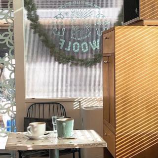 晴れた日は開放感たっぷり! 大きな白い窓が目印の欧州風カフェ「WOOLF SOCIAL CLUB」