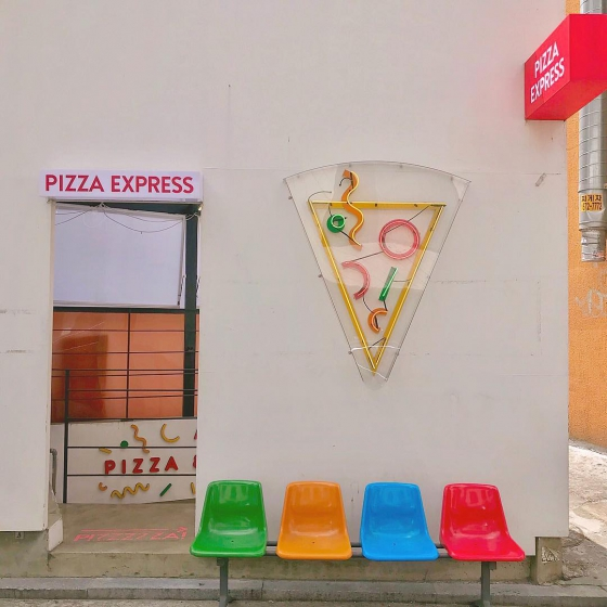 ピザやハンバーガーなどジャンクフード店「 PIZZA EXPRESS(ピザイクスプレス) 」の画像